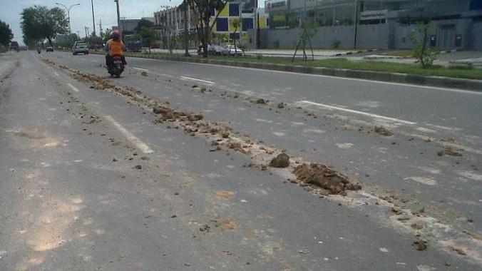 10320 medium ceceran tanah di jl matraman raya bahayakan pemotor2