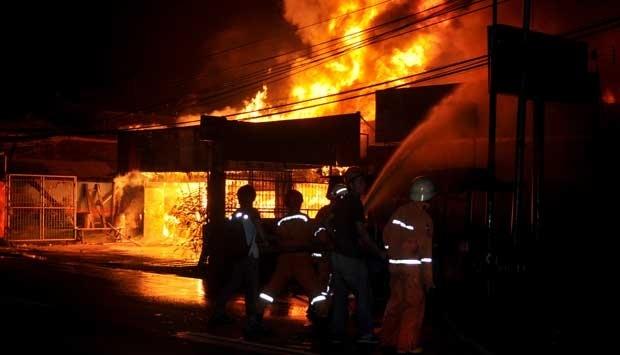 10324 medium kebakaran di jalan kramat iii  250 orang kehilangan rumah