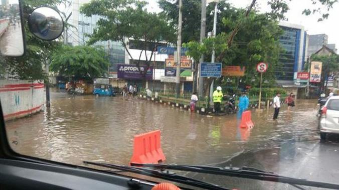 10539 medium genangan banjir kiriman di pasar jatinegara bikin lalin macet