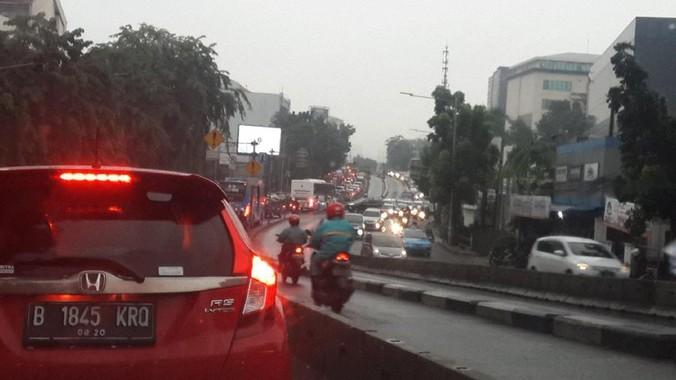 10647 medium senin pagi hujan guyur jakarta  sejumlah ruas jalan macet