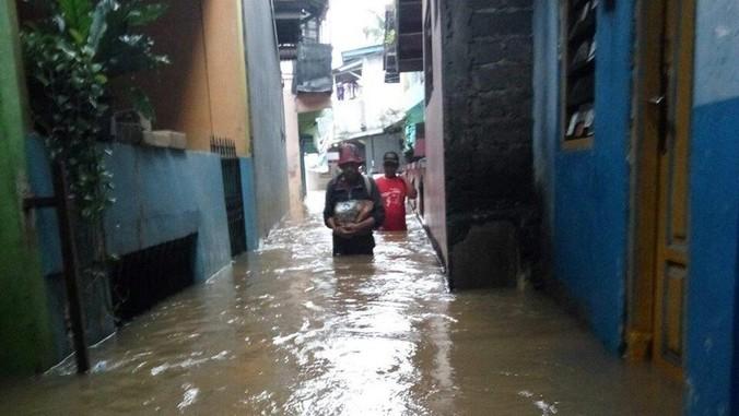 10649 medium banjir di cipinang melayu capai 1 meter  285 warga diungsikan