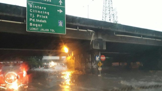 10651 medium kolong tol jorr kalimalang tergenang air  arus lalin macet
