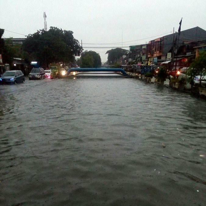 10686 medium banjir di kali sunter