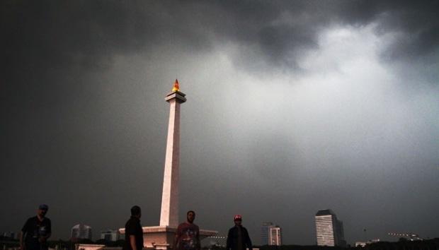 10765 medium hujan petir dan angin kencang  warga dki diminta waspada