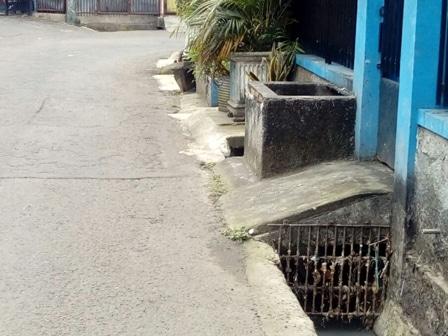 10892 medium warga minta saluran air di jl moncokerto dibenahi
