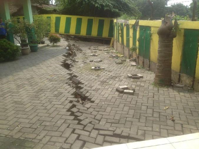 10894 medium halaman sekolah di bekasi ambles  warga minta diperbaiki