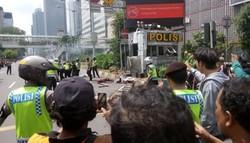 1089 small orang indonesia memang nekat   lokasi ledakan sarinah dikerumuni warga