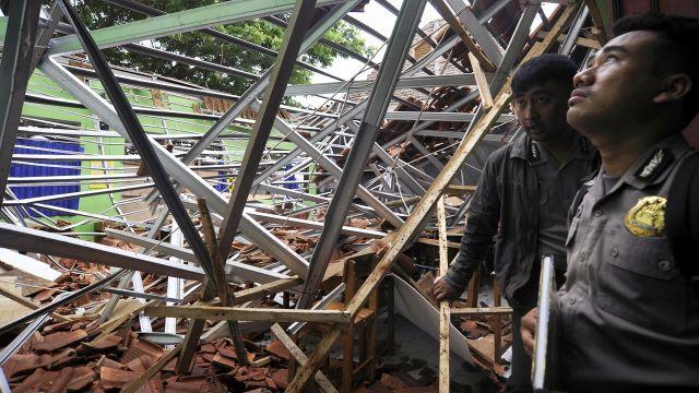 11078 medium atap sma 1 muara gembong ambruk  polisi masih tunggu hasil labfor