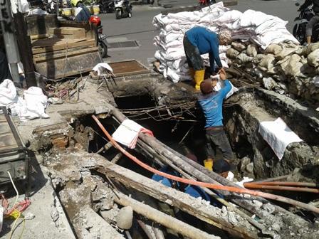 11098 medium 1 5 ton lumpur dan sampah diangkat dari saluran phb jl kh wahid hasyim