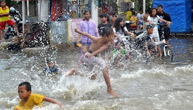 11216 medium jalan nusantara depok dibeton  rumah warga beji kebanjiran