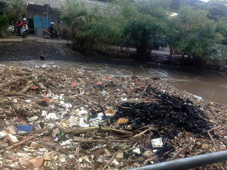 1171 medium warga keluhkan tumpukan sampah di bendungan polor