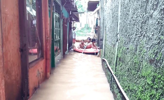11840 medium ciliwung meluap  5 rumah di tebet terendam banjir 40 cm pagi tadi