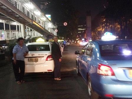 1232 medium kolong jpo gor soemantri jadi tempat mangkal taksi