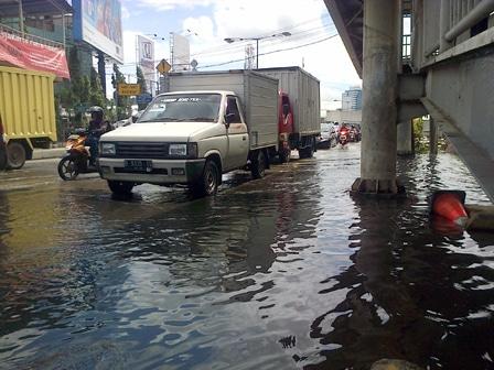 1304 medium saluran jl palapa tersumbat lumpur
