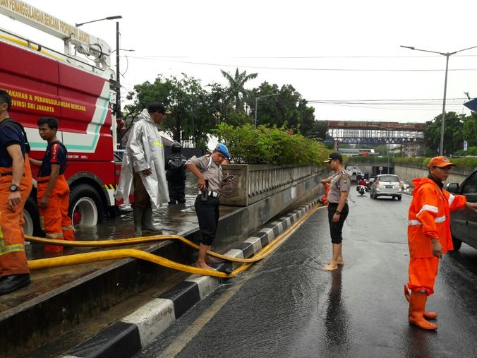13525 medium banjir di jln. sultan hasanudin kebayoran baru