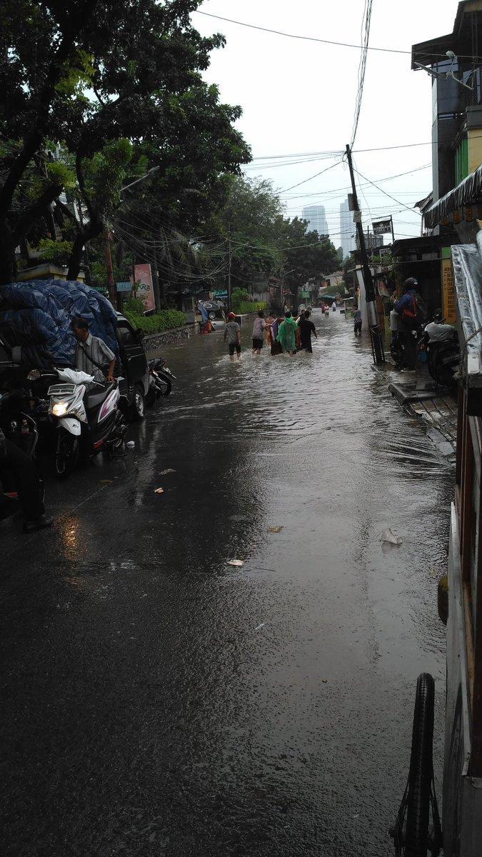13526 medium banjir di depan pasar buncit