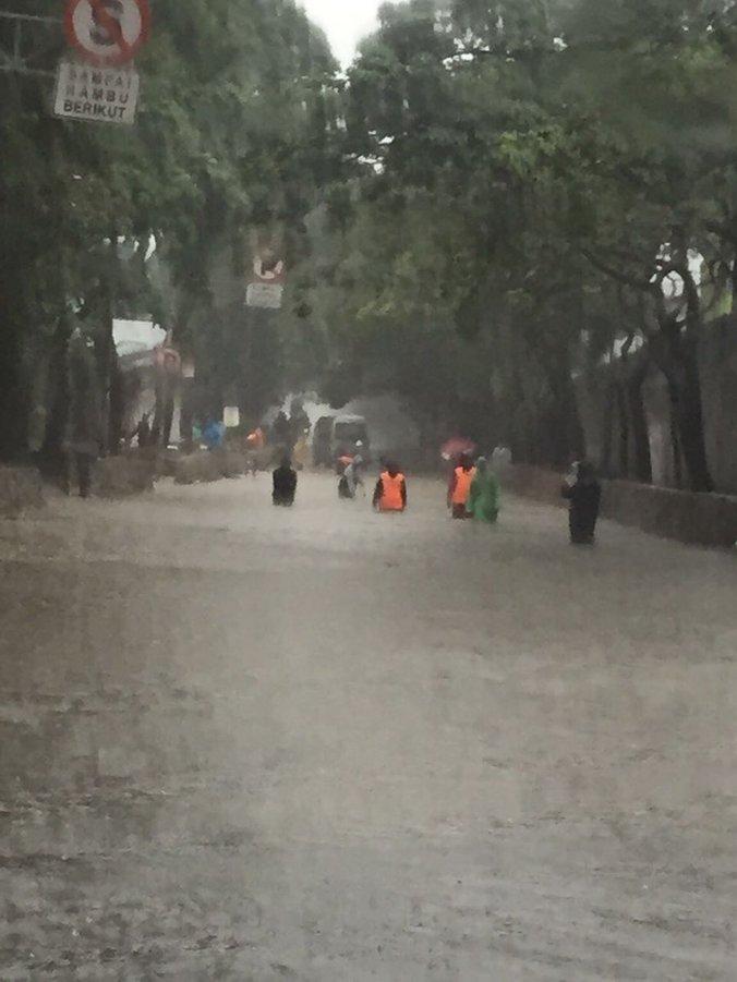 13527 medium banjir di tb simatupang