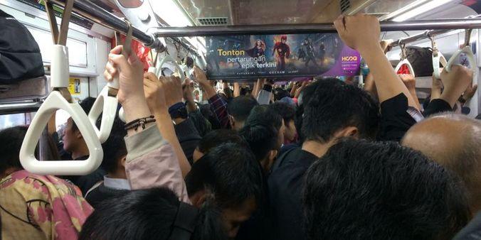 13797 medium penumpang keluhkan perubahan jadwal krl lintas tangerang duri