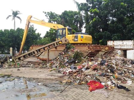 1463 medium 21 rumah pompa diperkirakan tersangkut 80 ton sampah
