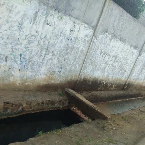 18485 medium saluran penuh limbah