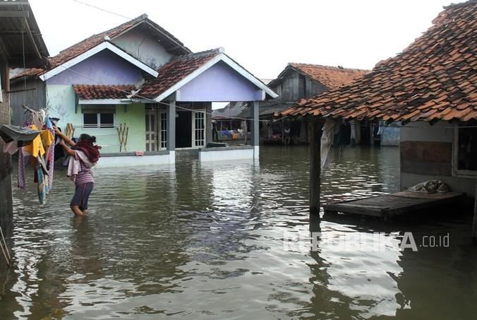 21285 medium warga beraktivitas di kawasan permukiman penduduk yang terendam banjir  180206205555 503