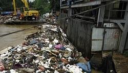 2220 small 8 ton sampah tersangkut di pintu air manggarai