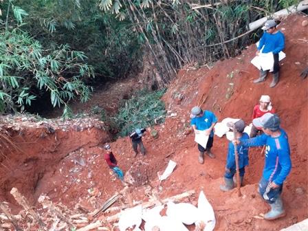 22422 medium lokasi bekas longsor di jalan gintung mulai diperbaiki