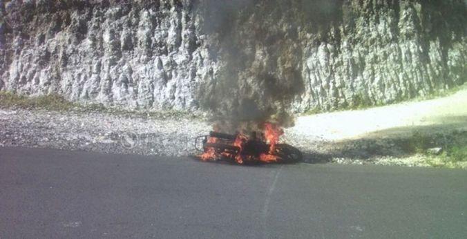 22590 medium 95881 sepeda motor terbakar di jalan 20180312095631