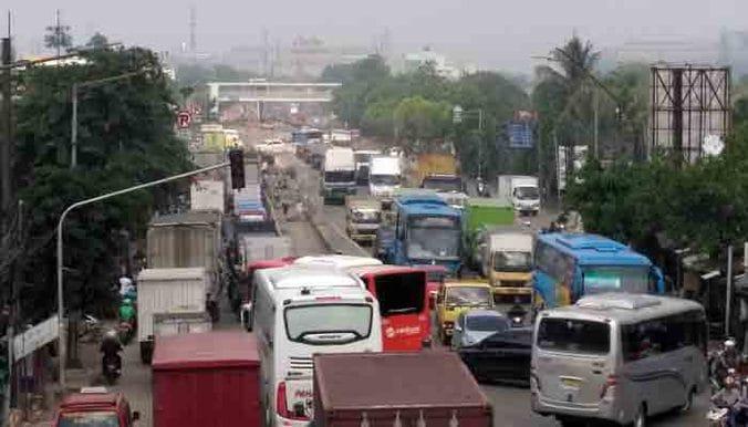 22758 medium jalan raya bekasi arah pulogadung  sempit  rusak dan banyak truk