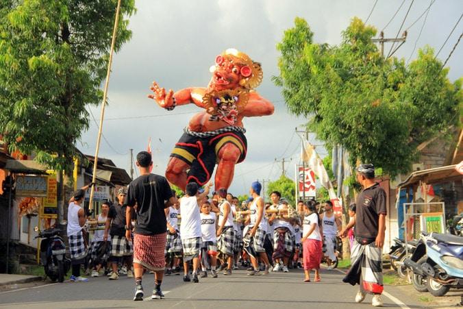 22827 medium jelang perayaan nyepi  malam ini warga denpasar adakan parade ngrupuk