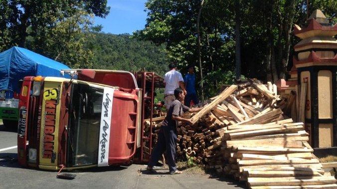 23250 medium sebuah truk terguling di jalan letkol sudirman dusun tengkuran desa jambu kecamatan ambarawa 20180329 104430