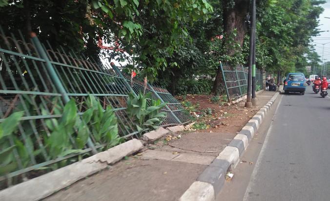 23314 medium pagar besi sepanjang jalan raya bogor rusak