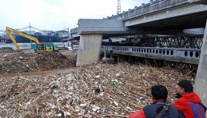 2332 medium tumpukan sampah di jembatan kalibata capai 200 ton