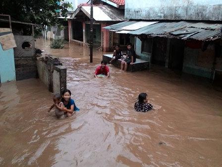 2338 medium banjir kiriman rendam permukiman di pejaten timur