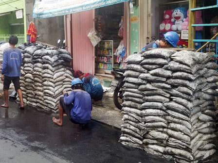 23434 medium 2.500 karung lumpur diangkat dari saluran air jalan cempaka sari v