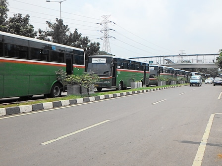2387 medium belasan bus mangkal di jl mayjen sutoyo