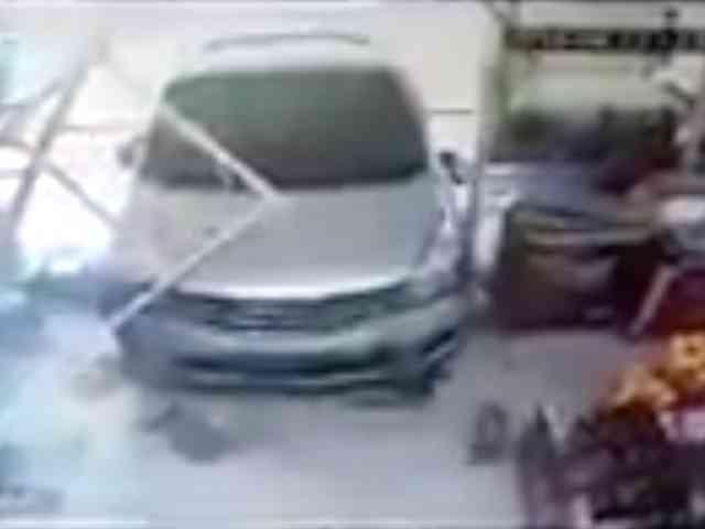23899 medium video mobil tabrak indomaret di pontianak  ibu dan bayi terseruduk