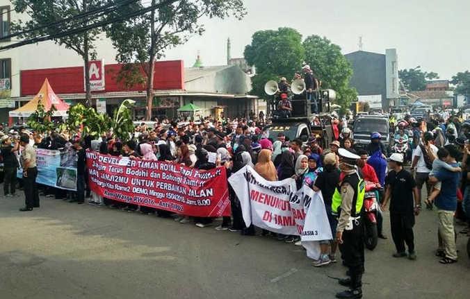 23945 medium warga perumahan royal tangerang protes jalan rusak