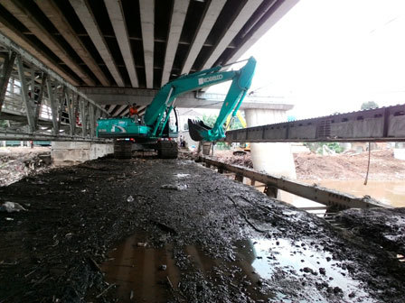 2428 medium 15 ton sampah diangkut dari jembatan kalibata