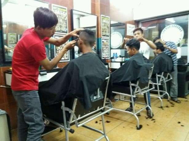 24441 medium dibutuhkan barberman  pangkas rambut pengalaman tanah abang jakpus