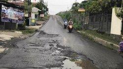 24481 small jalan raya di depok rusak parah
