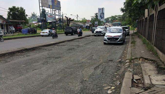 24823 medium jalan imam bonjol berlubang dan bergelombang sepanjang 50 meter