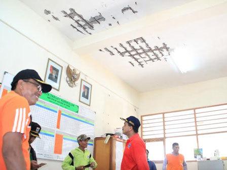 2488 medium warga desak gedung sdn 01 pulau kelapa diperbaiki