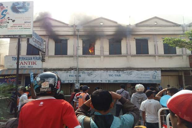 24960 medium api membara di pasar raya 1 salatiga empat kios terbakar upf