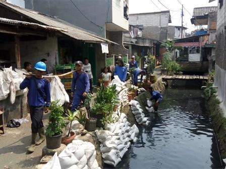 24980 medium sudin sda jakbar kuras saluran air di kota bambu utara