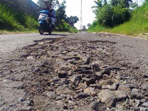 25083 medium jalan rusak di kota batu