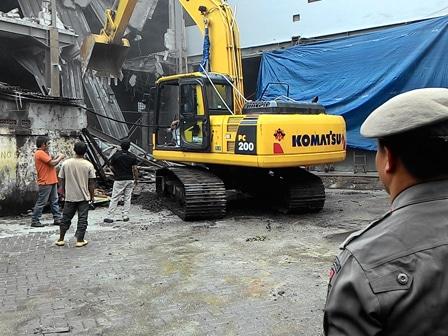 2564 medium salahi imb  bangunan 3 lantai dibongkar