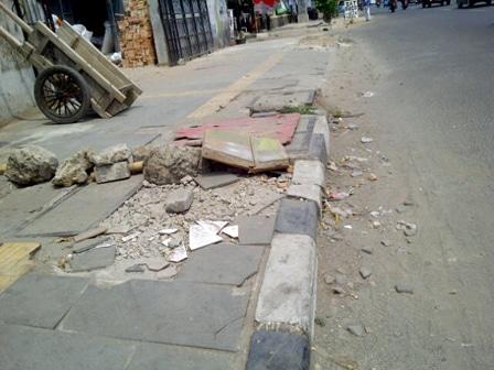 2586 medium sejumlah trotoar di jakbar tidak layak