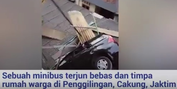 25945 medium viral! detik detik penumpang selamatkan diri usai mobil terjun bebas di cakung