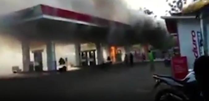 26157 medium rekaman cctv detik detik motor terbakar saat isi bahan bakar di spbu sengguruh  malang